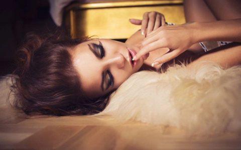 男生晚上脱美女的衣服 和美女一张床上玩3p