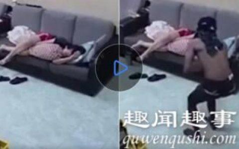 近日,一小偷潜入居民家中偷窃,此时屋内女主人正熟睡丝毫未察觉到异样,监控拍下