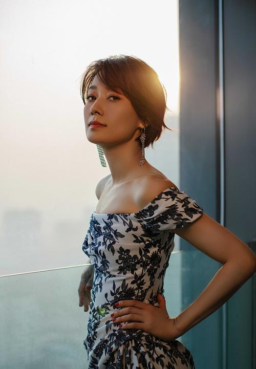 马伊俐青花瓷露肩长裙拍写真 完美肩颈线气质优雅